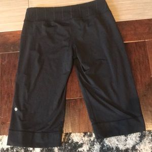 Lululemon size 6 yoga crop pants black